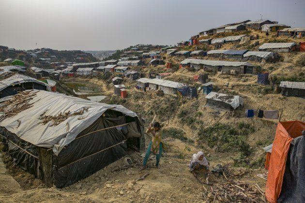 ロヒンギャの難民キャンプ。ビニールのシートで覆われた無数の仮設住宅が、山肌を切り開いた斜面に並ぶ=2018年1月、バングラディシュ・コックスバザール