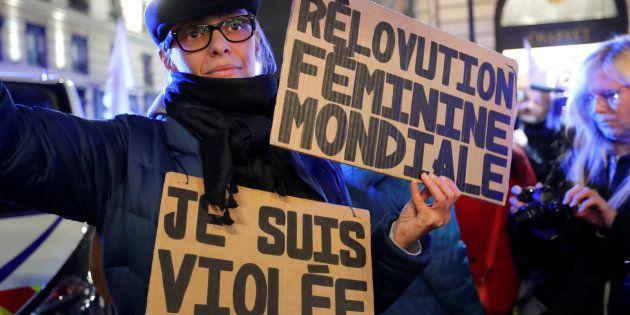 11歳女児を強姦した男性が無罪となった判決に抗議する人々=2017年11月14日、パリ、フランス