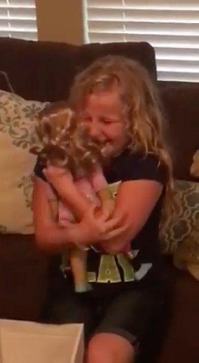 義足の女の子、プレゼントの人形に大感激「私といっしょ!」(動画)