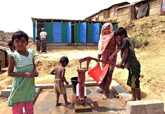 完成した水浴び場併設の共同トイレと井戸(クトゥパロン避難民キャンプ、2018年3月7日)