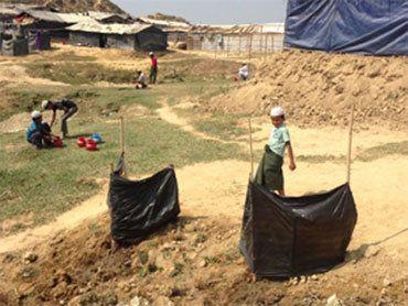 これまでのトイレはビニールで簡単に囲いがあるだけで、男性しか使えませんでした(ナヤパラ避難民キャンプ、2018年2月22日)