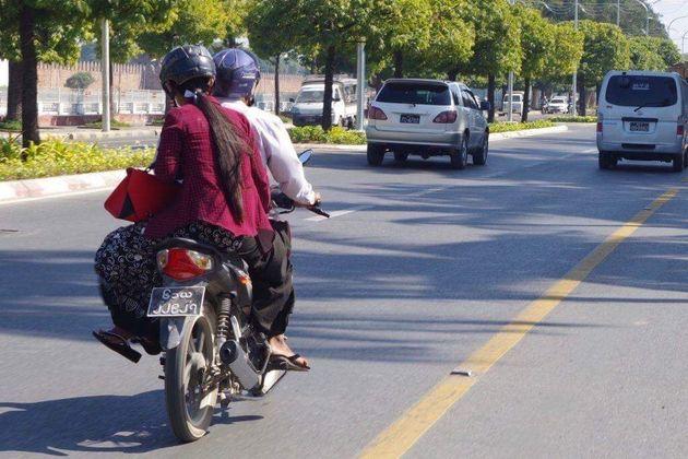 送迎バイクで登校?スラム街に住む少女の通学手段とは。