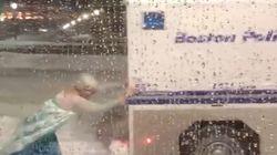 「アナ雪」エルサのコスプレをした男性、大雪にはまった警察車輌を救出して感謝される。