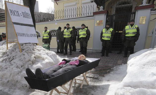 ウクライナ東部のハリコフにあるロシア領事館前には、棺桶に入ったプーチン大統領人形が置かれた