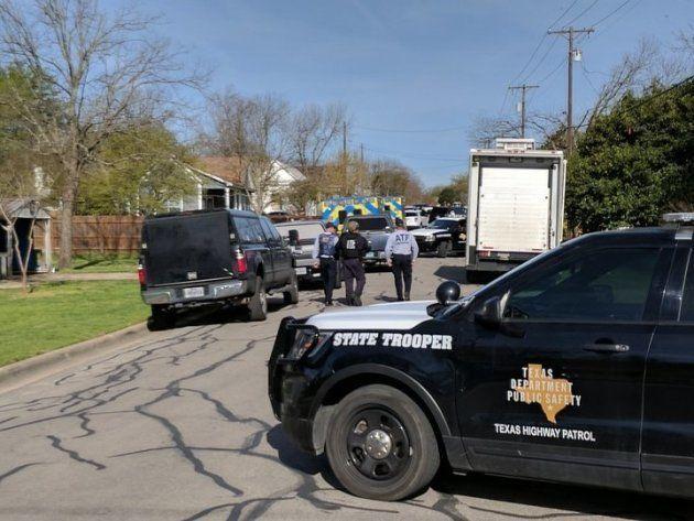 容疑者の自宅付近を封鎖する警察官たち