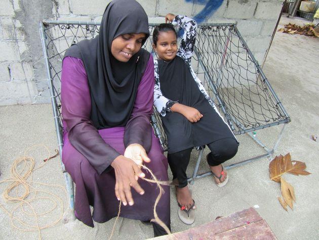 紐づくりは島の女性の仕事。ハンモック風の椅子はモルディブ各地で見かける UNIC Tokyo Kaoru