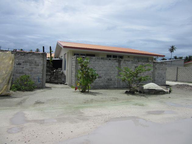ラーム環礁の小さな島から他島に移住を余儀なくされた人々の暮らす住宅