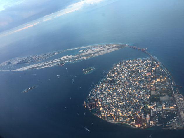 手前から首都マレ、空港島、フルマレ島。フルマレの埋め立てがさらに進むのがわかる。モルディブの一人あたりの総所得は1万ドルを超えた