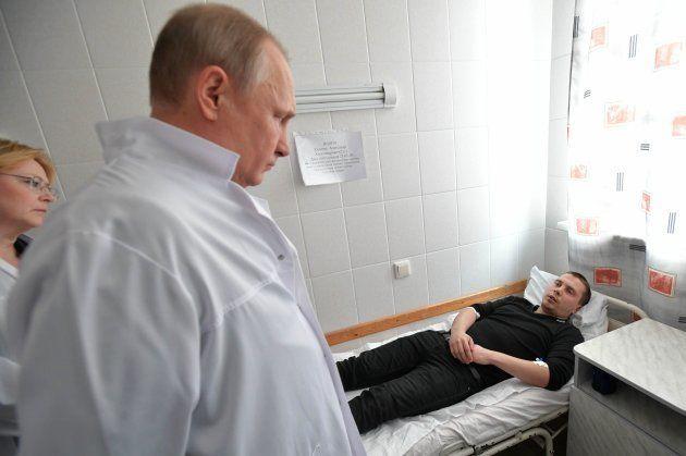 病院を訪問し、負傷者と面会するプーチン大統領。