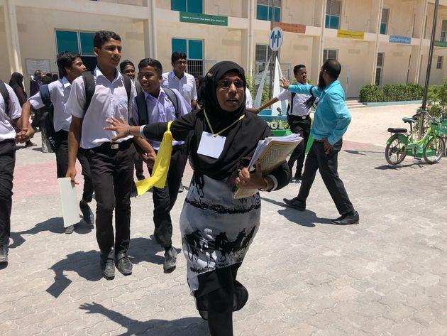 2018年3月モルディブ・ラー環礁ドゥバーファル島での津波避難訓練で生徒たちを避難誘導する教員