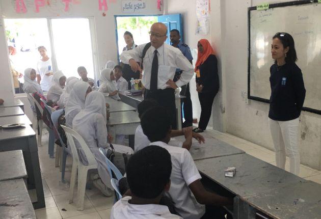 遠藤駐モルディブ日本大使も参加し、訓練後に生徒から感想を尋ねた