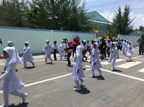 2017年9月ガーフ·アリフ環礁での第一回目の津波避難訓練で避難する小学生たち