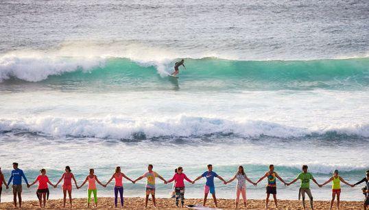サーフィンは心の病に効果がある。世界中のビーチで広がるイベントの輪「大丈夫じゃなくても大丈夫」