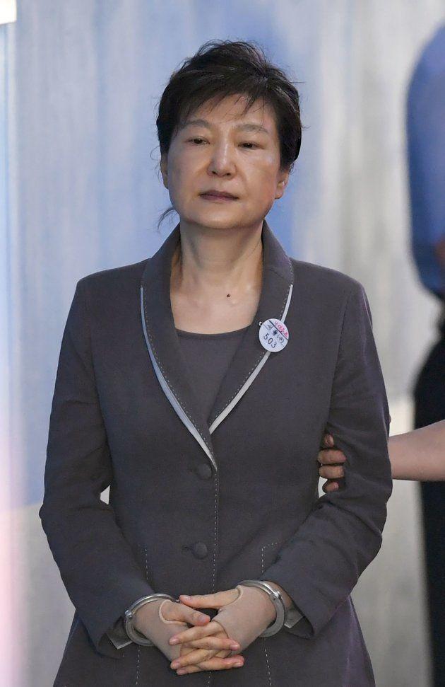 2017年8月、連行される朴槿恵前韓国大統領(ソウル中央地方裁判所)