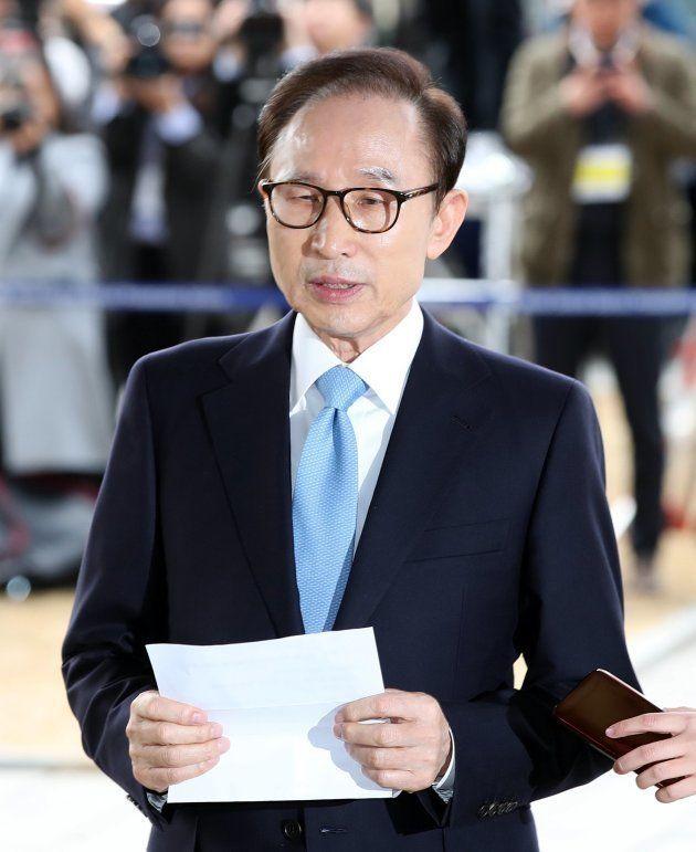 韓国ソウル中央地検での聴取に先立ち、声明を読み上げる李明博元大統領(韓国・ソウル)