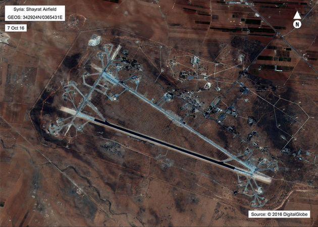 シリア、ホムス県シャイラト空軍基地の上空写真。2017年4月6日、米軍による巡航ミサイル攻撃を発表した後、国防省が公開。