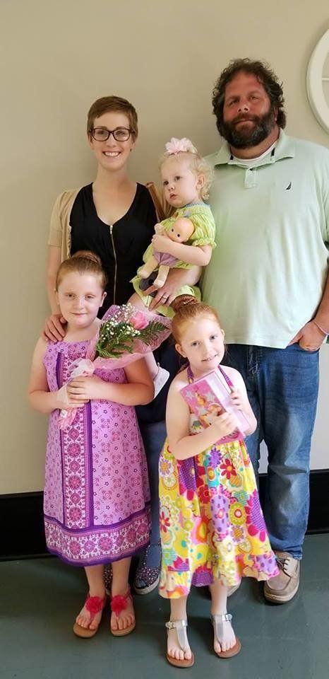 Dina Zirlott en 2018 con su marido Lance y sus hijas Aine (7 años), Ariadne (5) y Asher