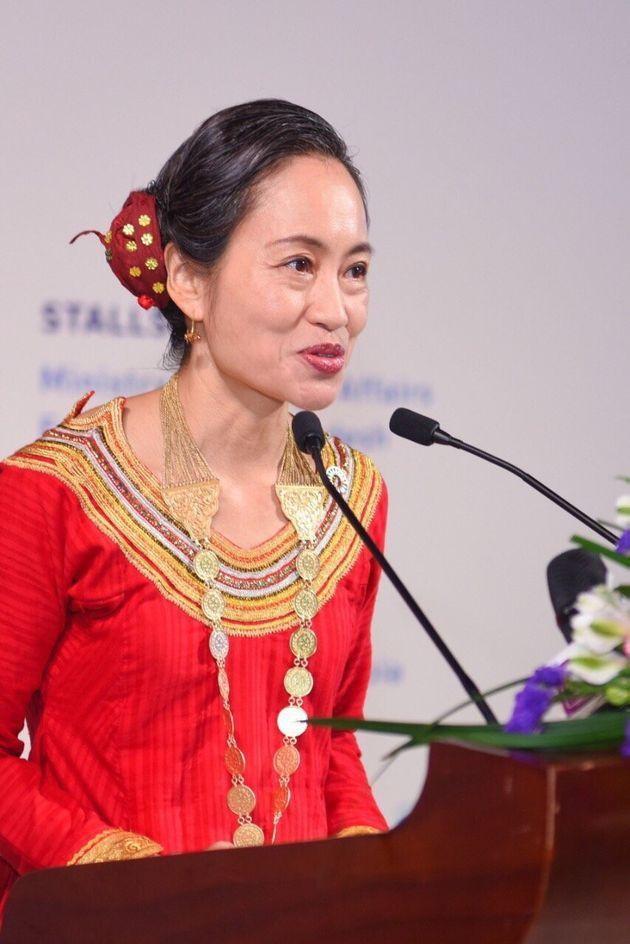 モルディブの民族衣装姿で公式行事でスピーチする野田章子さん