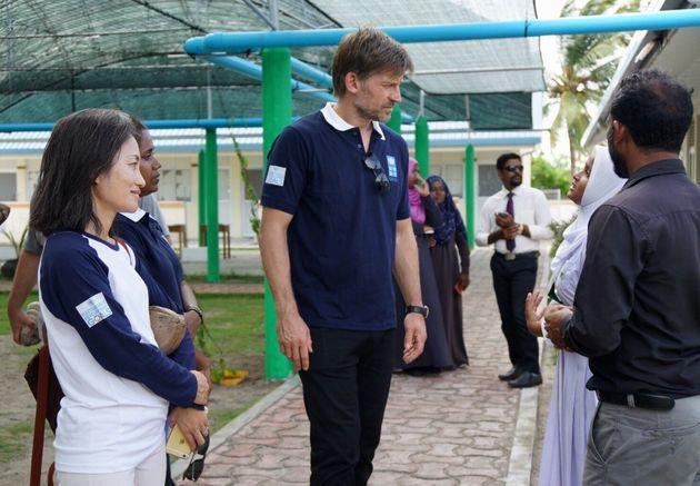 2017年10月、ニコライ・コスター=ワルドーUNDP親善大使とともに、ラーム環礁マーメンドゥー島の学校での「緑のカーテン」プロジェクトを視察