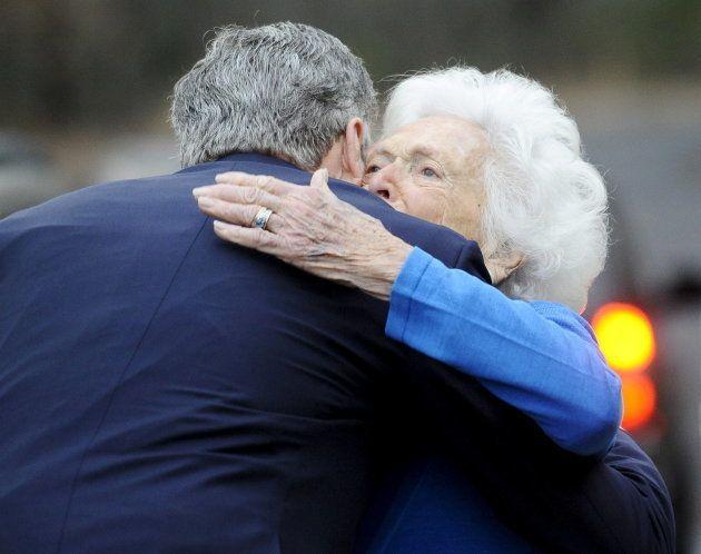 息子のジェブ・ブッシュさんを抱きしめるバーバラ・ブッシュさん