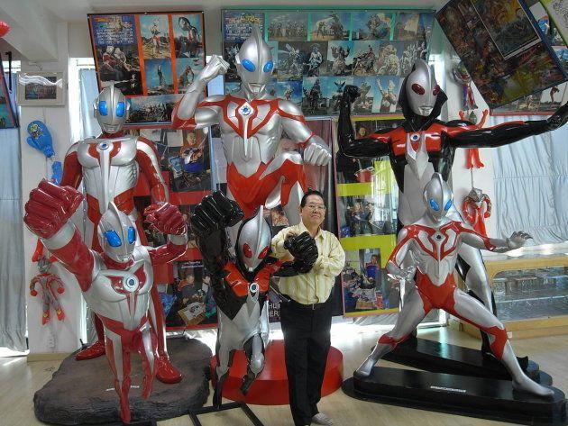 テレビシリーズ用に独自に制作したウルトラマンを紹介するセンゲンチャイさん(タイのアユタヤ市にある自宅にて、2008年撮影)