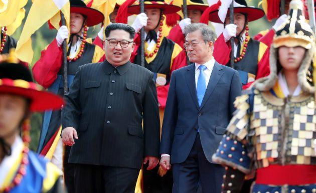 談笑しながら歩く金正恩氏(左)と文在寅氏=4月27日、板門店