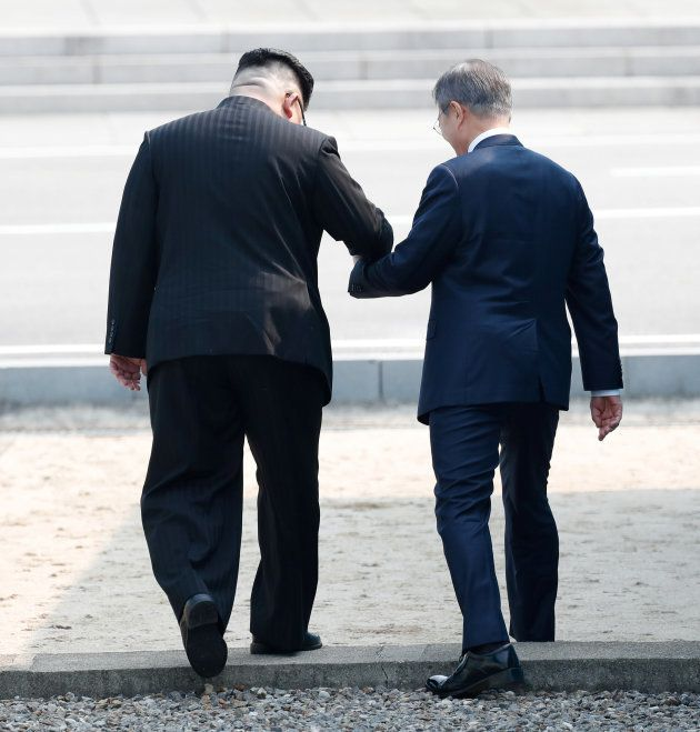 軍事境界線を越え、北朝鮮側に入る金正恩氏(左)と文在寅氏=4月27日、板門店