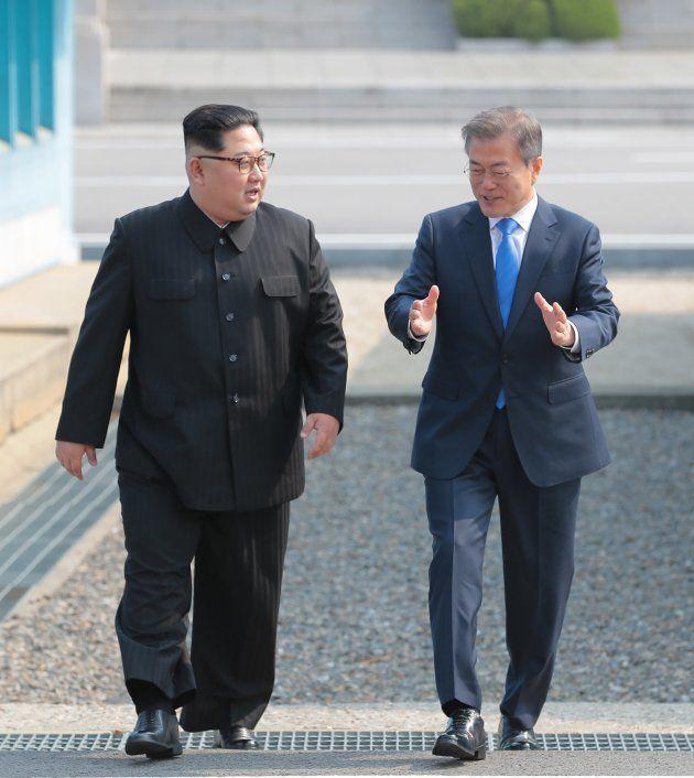 並んで歩く金氏と文氏