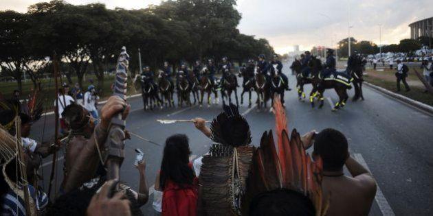 ワールドカップ目前、ブラジルでデモ 警察が催涙ガス発射