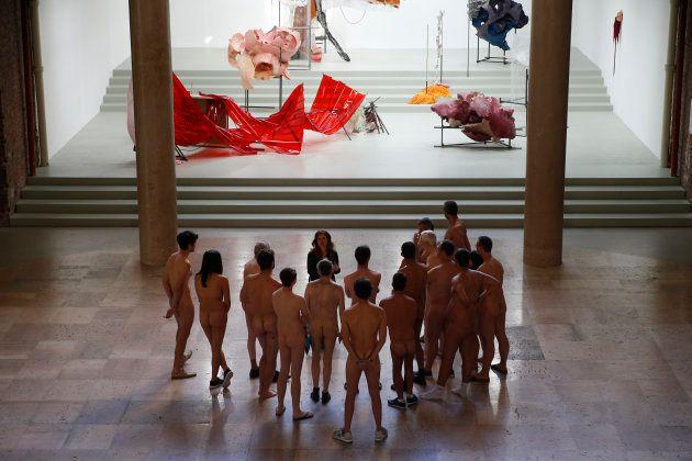 ヌードで美術を見るイベント、パリで開催。参加者からは「作品が違って見えた」の声