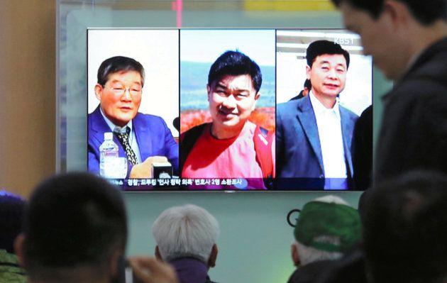 ソウル駅で今月3日、北朝鮮に抑留されていた(左から)キム・ドンチョル氏、トニー・キム氏、キム・ハクソン氏の3人についての報道を見る市民ら=AP