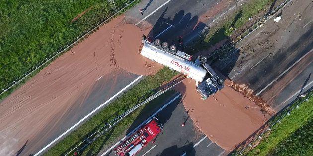 ポーランド西部で9日、横転して中央分離帯を突き破ったトラック。運んでいたチョコレートが高速道路上に流れ出した。ポーランドのテレビ局TVNの映像から (Photo credit should read STR/AFP/Getty