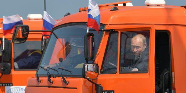 クリミア橋を渡るため、トラックに乗り込むロシアのプーチン大統領=5月15日