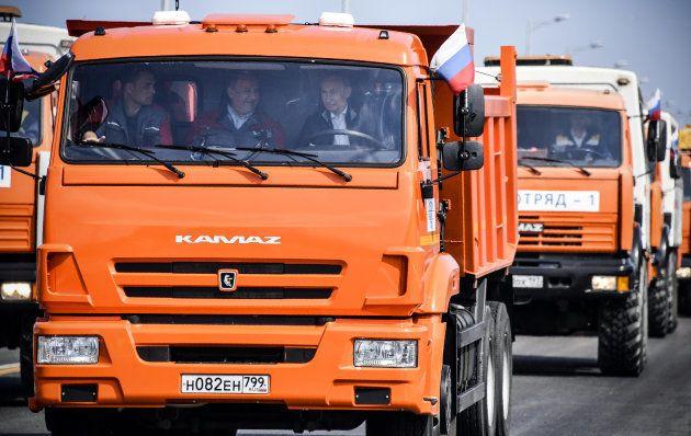 トラックに乗り込むプーチン大統領