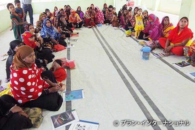 野菜栽培の研修を受ける女性たち