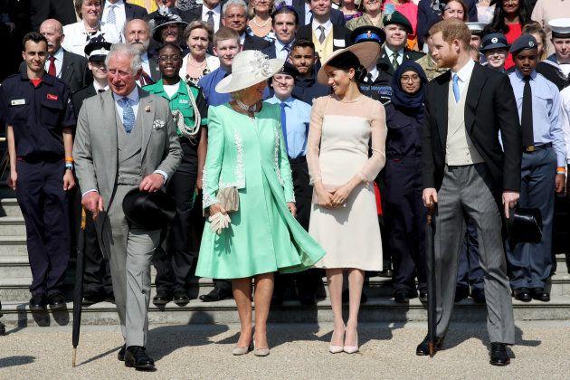手前左から、チャールズ皇太子、カミラ夫人、メーガン妃、ヘンリー王子=21日、ロンドン、バッキンガム宮殿