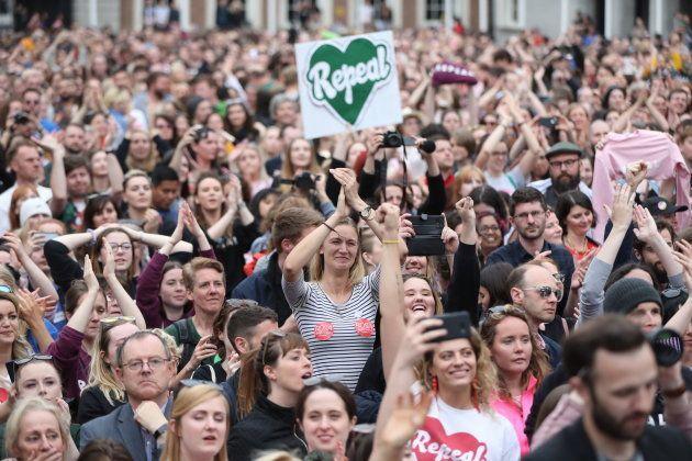 開票結果に喜ぶ人工妊娠中絶合法化の支持者たち