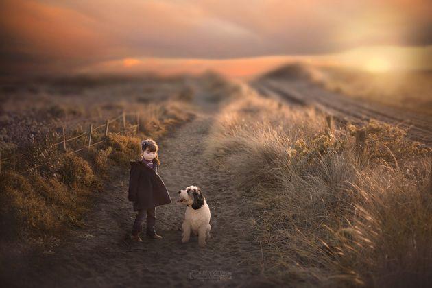 写真家の母は、生まれつき片方の前腕がない娘に写真を通じて「人生の可能性は無限なんだ」と教えている(画像)