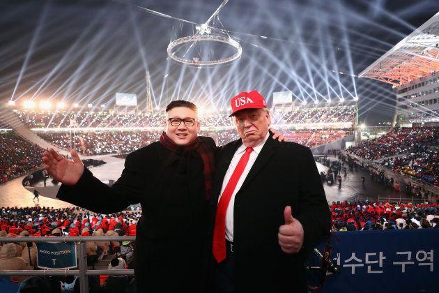 平昌冬季オリンピック開会式に現れた、金正恩・北朝鮮委員長とアメリカのトランプ大統領のコスプレをした人物。2018年2月9日、韓国・平壌。