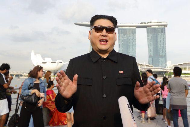 金正恩・北朝鮮委員長のコスプレをする「ハワード・X」氏。2018年5月27日、シンガポール