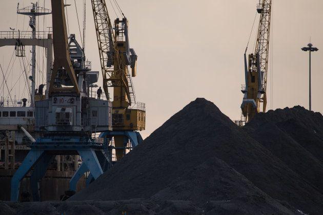 羅先の港に積み上げられた石炭 (Photo credit should read ED JONES/AFP/Getty