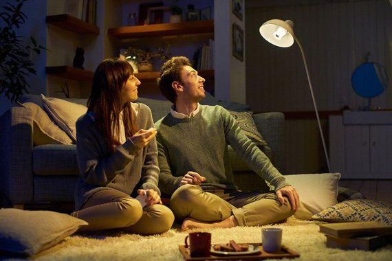 ソニー、スピーカーにもなるLED電球 スマホで明るさを変える機能も