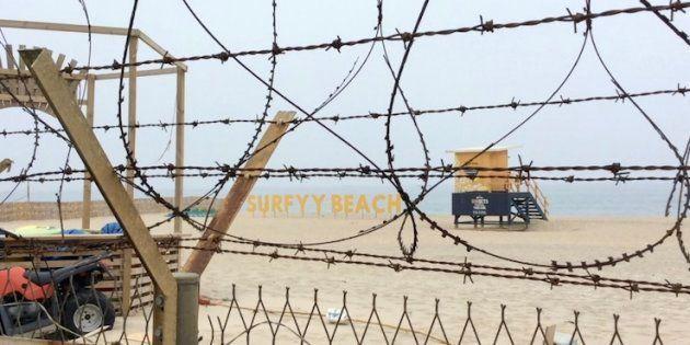 有刺鉄線をくぐった先に広がるサーファーズビーチ「SURFYY