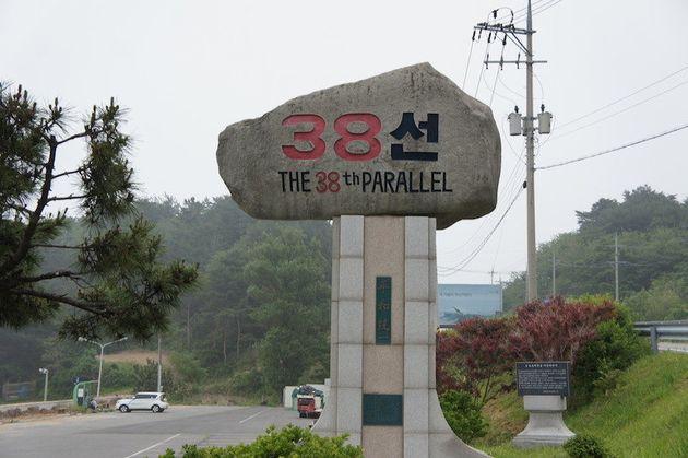 「38度線」を示す休憩所の石碑。台に「平和統一」の文字がある=5月29日、韓国襄陽郡