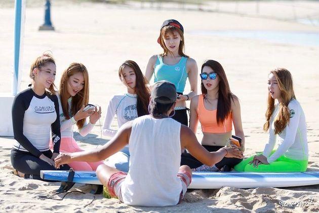 サーフィンのレッスンを受ける人びと=2015年8月、韓国襄陽郡