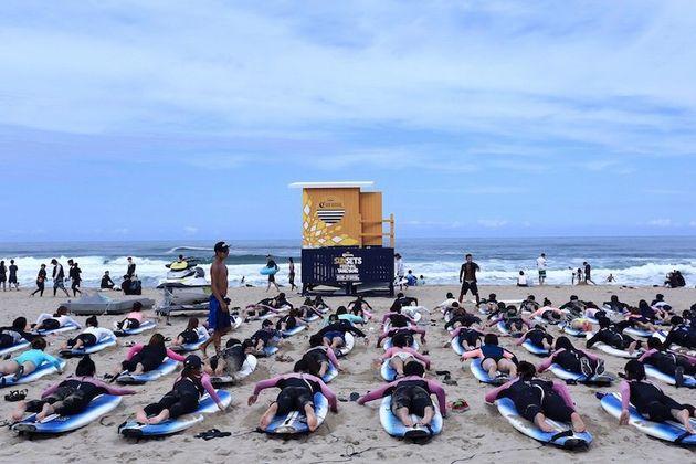 サーフィンのレッスンを受ける人びと=2017年8月、韓国襄陽郡