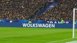 ちょっとヘンなフォルクスワーゲンの広告、スタジアムを飾る