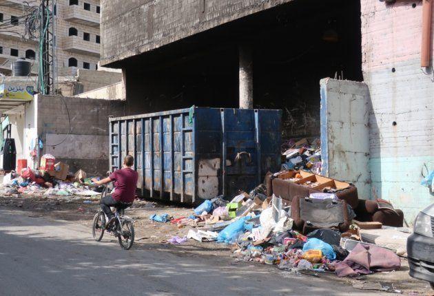ゴミが散乱するシュファート難民キャンプ