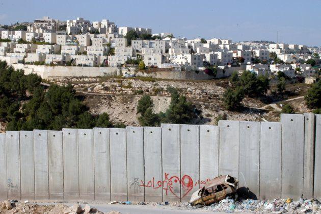 シュファート・キャンプに接する分離壁。向こうにイスラエルの入植地が広がる