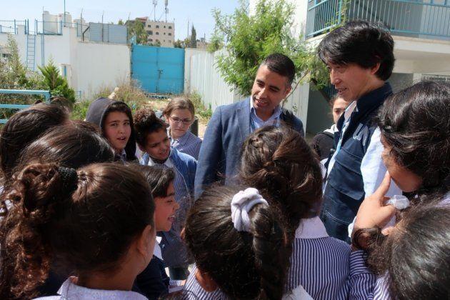 安藤オペレーションサポート・オフィサー(右)。生徒たちは来訪者に興味津々